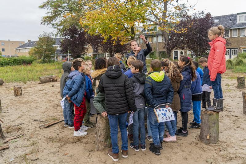 Leerlingen zoeken naar bodemdieren