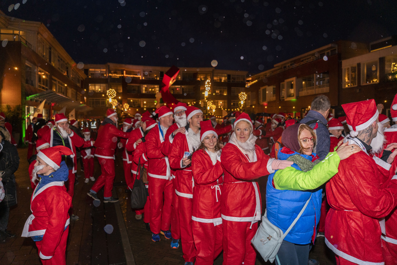 Rennende kerstmannen door het centrum met eerste Santa Run