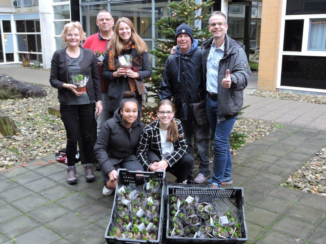 Bloeiend Hillegom deelt hyacintenbollen uit voor de kerst