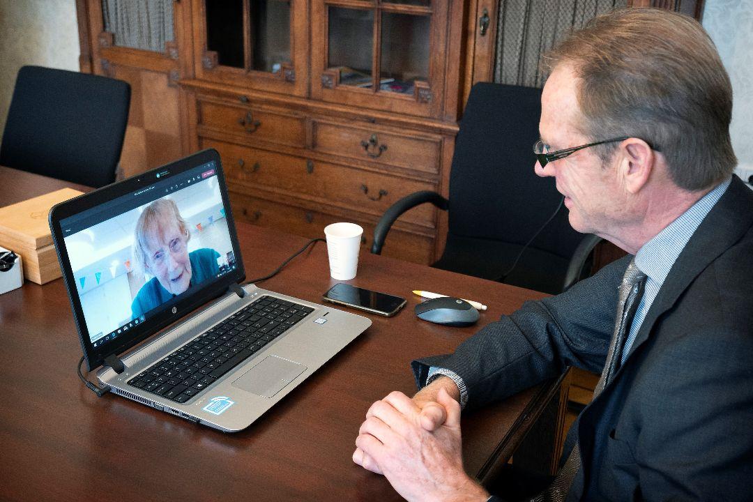 Burgemeester van Erk bezoekt 102-jarigen online
