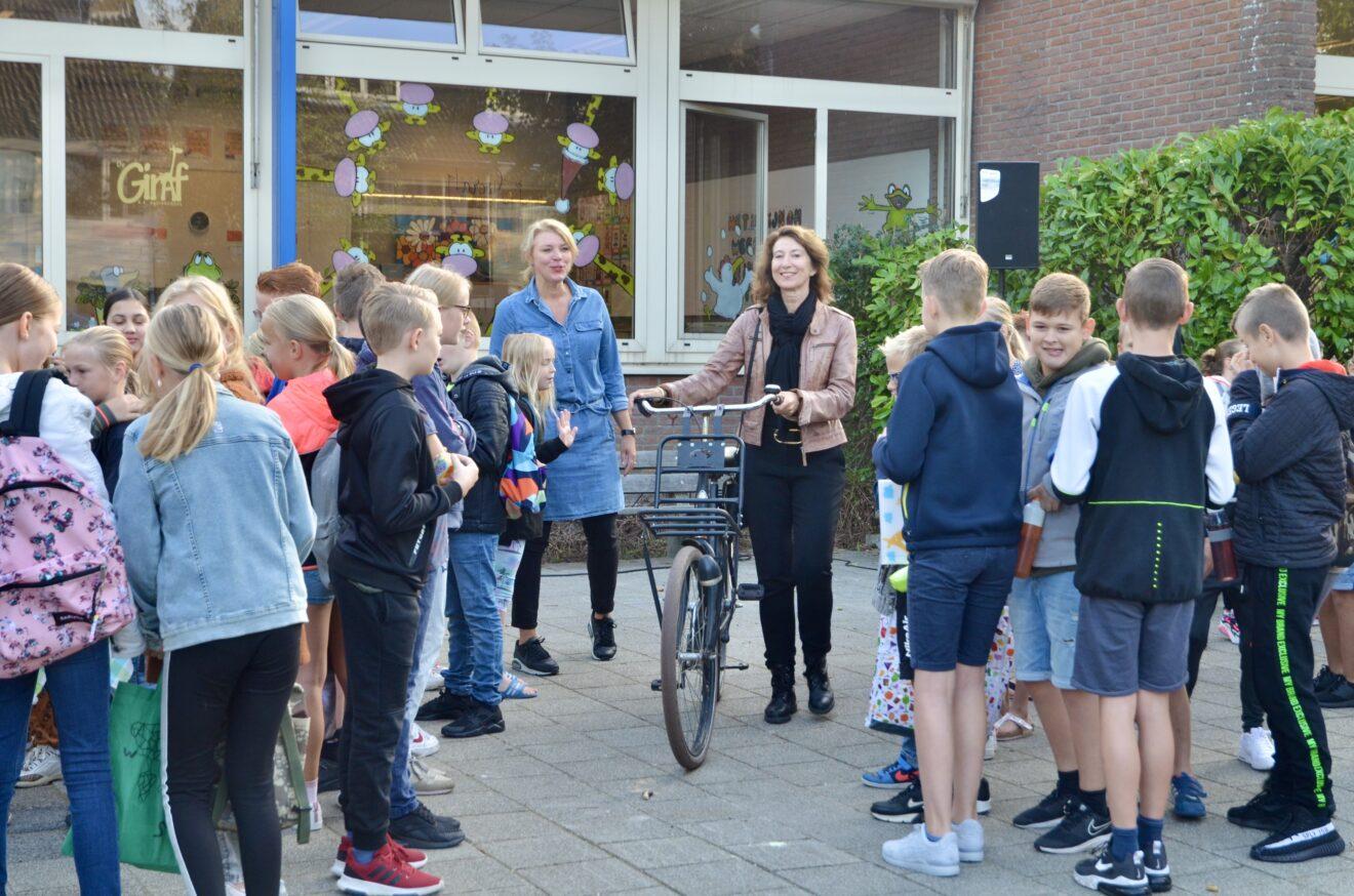 Wethouder Karin Hoekstra bezoekt basisschool De Giraf tijdens Schoolbrengweek 2020