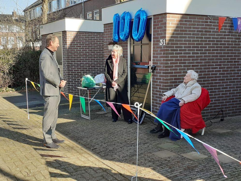 Burgemeester brengt bezoek aan 100-jarige Hillegommer