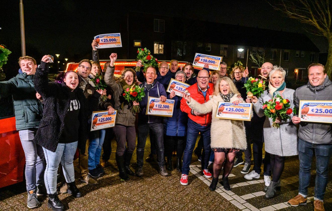 Gaston met winnaars van de PostcodeStraatprijs in Hillegom